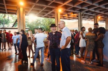 """Eröffnung Künstlertreffen im Pabèllon de Cuba, im Gespräch """"Mauerfotograf"""" Günther Schäfer und Botschaftssekretär der deutschen Botschaft in Kuba"""
